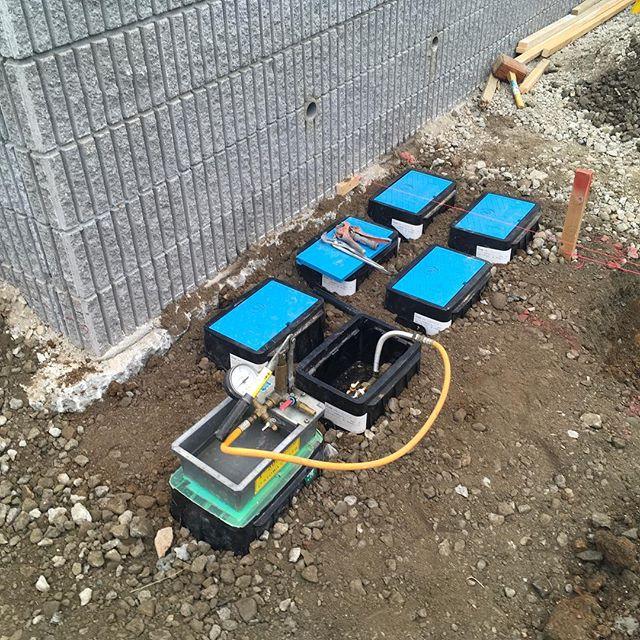 #水道メーターその地域の水道局の規定により色の指定が出来ないとこのような水色の蓋が床に並ぶ事となり、せっかくエクステリアや床仕上げをオシャレにしても興醒めの結果になるので設置位置は特に気をつけましょう。#川口市